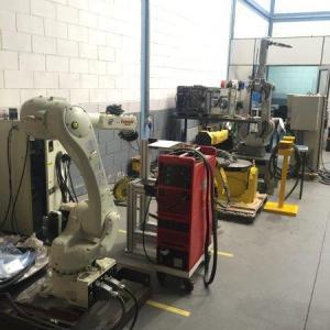 Robô de solda industrial